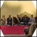Il nuovo consiglio comunale si riunisce per la prima volta nel parco di Villa Giamari. Il giuramento del neo-sindaco Simone Calamai sulla Costituzione e l'elezione del presidente del consiglio comunale, la consigliera Federica Palanghi, sua vice Alessandra Colzi.