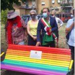 A Montemurlo la prima panchina arcobaleno della provincia per sostenere i diritti delle persone Lgtb